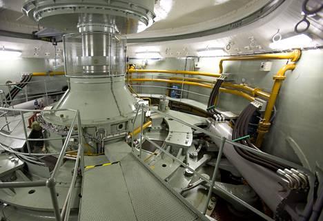 Ossauskosken voimalassa on kolme turbiinia, joista yksi näkyy kuvassa.