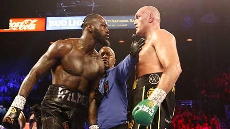 Deontay Wilder (vas.) ja Tyson Fury kohtasivat WBC-liiton raskaansarjan titteliottelussa helmikuussa.