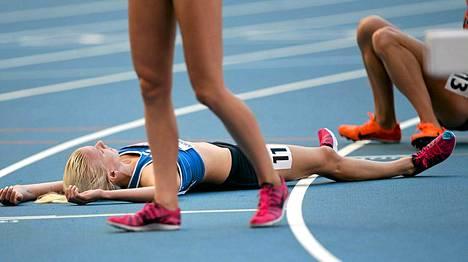 Sandra Eriksson makasi radan pinnassa uupuneena.