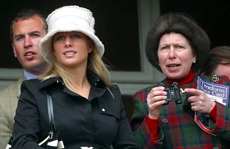 Prinsessa Anne viihtyy ratsastuskisoissa. Seuralaisina hänen lapsensa Peter ja Zara.
