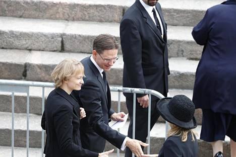 EU-komission varapuheenjohtaja, entinen pääministeri Jyrki Katainen (kok) saapui presidentti Koiviston hautajaisiin vaimonsa Mervi Kataisen kanssa.