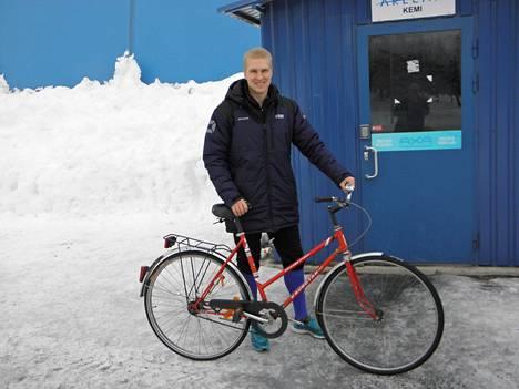 Jussi Aalto kulkee kinosten keskellä harjoituksissa polkupyörällä.