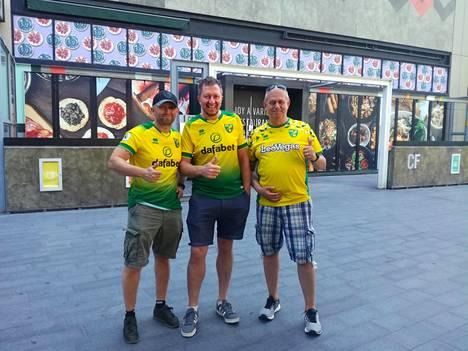 Leeroy Ray (vas.), Andrew Cranefield ja Russell Ray luikauttelivat Pukki-lauluja ennen West Hamin ja Norwichin kohtaamista.