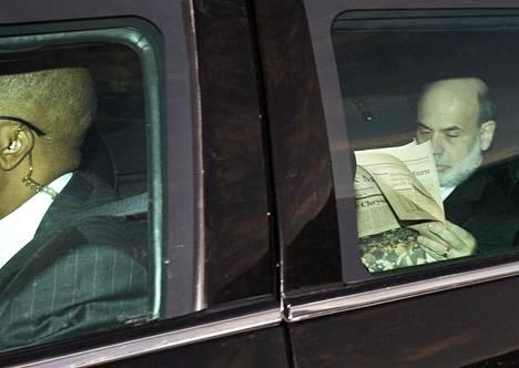Yhdysvaltojen keskuspankin pääjohtaja Ben Bernanke luki auton takapenkillä Financial Timesia lokakuussa 2008.