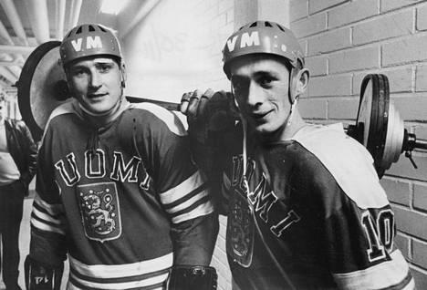Matti Keinonen (oik.) pelasi urallaan yhdeksät MM-kisat. Vasemmalla Lasse Oksanen. Kuva vuodelta 1969.