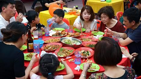Katukeittiöissä ruokailu on rento ja sosiaalinen tapahtuma. Monet ruoat tilataan jaettaviksi.
