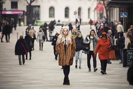 Henny Harjusola on noussut suuren yleisön tietoisuuteen sosiaalisesta mediasta, minkä lisäksi hänet tunnetaan kauneusalan ammattilaisena.