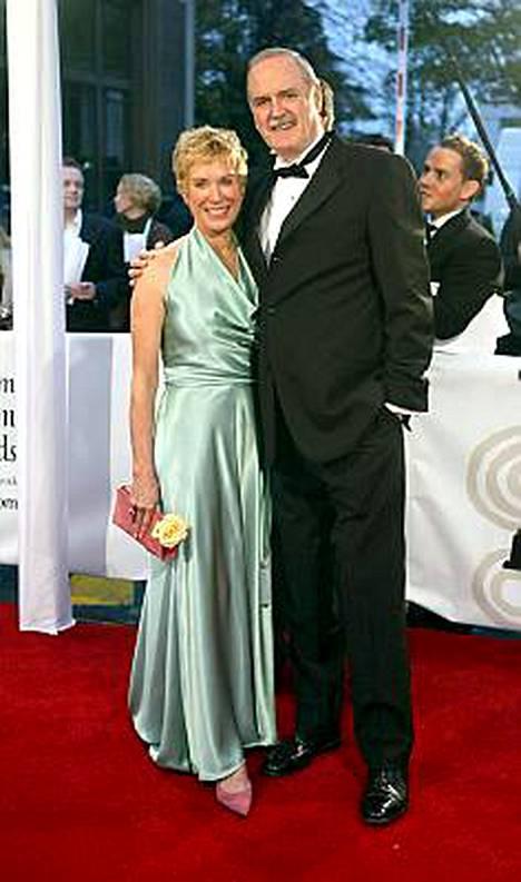 John Cleese kolmannen vaimonsa Alyce Fay Eichelbergerin kanssa vuonna 2004.