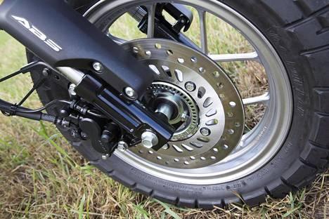 Etujarru on tehokas ja takajarrusta poiketen siinä on lukkiintumaton ABS-jarrujärjestelmä