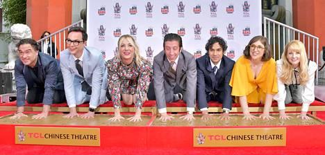 Rillit huurussa -sarjan näyttelijät Johnny Galecki, Jim Parsons, Kaley Cuoco, Simon Helberg, Kunal Nayyar, Mayim Bialik ja Melissa Rauch saivat kunnian ikuistaa kämmenenjälkensä TCL Chinese Theatre -elokuvateatteriin Los Angelesissa 2019.