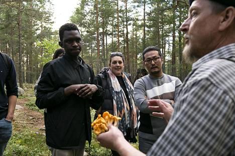 Eräopas Rami Heinäluoto esittelee keltavahveroita, joista myös kokit innostuvat.