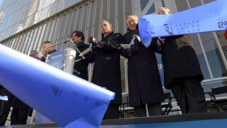 New Yorkin pormestari Michael Bloomberg (3. oik.) ja kiinteistösijoittaja Larry Silverstein (2. oik.) vihkivät rakennuksen käyttöön.
