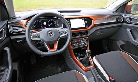 T-Crossin ohjaamo on perusvarmaa Volkswagenin suorittamista, eli ergonomia toimii moitteettomasti, ja ajoasennosta saa toimivan niin lyhyt kuin pitkäkin kuljettaja.