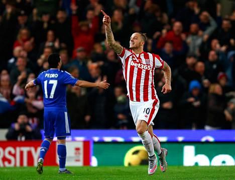 Marko Arnautovic tuulettaa maaliaan Chelsean verkkoon.