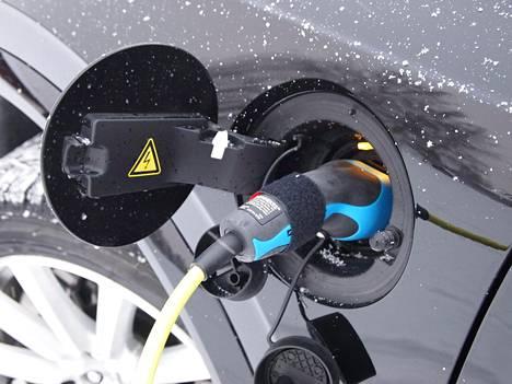 Volvon latausliitin sijaitsee kuljettajan puoleisen A-pilarin tuntumassa, Mersun taas takapuskurissa. Volvon latausjohto on hankalampikäyttöistä suoraa mallia, kun taas Mercedes-Benz on valinnut arjessa pääsääntöisesti fiksumman kierrejohdon.