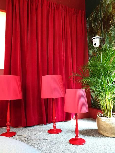 Olohuoneen teemavärit ovat punainen ja oranssi.