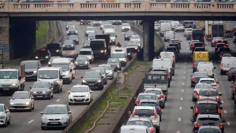 Liikenneruuhka kehätiellä Pariisissa.