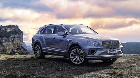 Uudet ellipsin muotoiset ajovalot nähdään Bentley-mallissa ensimmäistä kertaa. Matriisietusäleikkö on aiempaa pystympi.