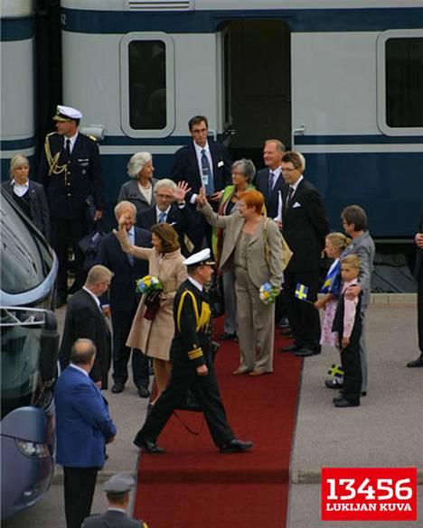 Kuningaspari matkusti aamulla presidentti Tarja Halosen ja tohtori Pentti Arajärven kanssa pikajunalla Turusta Tampereelle.