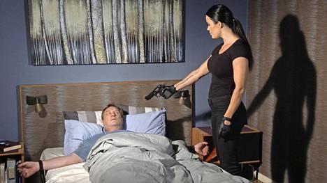 Piinkova palkkamurhaajatar Seireeni (Martina Aitolehti) ilmestyy piinaamaan Ismoa (Esko Kovero) Salatut elämät -sarjan jaksossa Ismoa köytetään hyväksi.