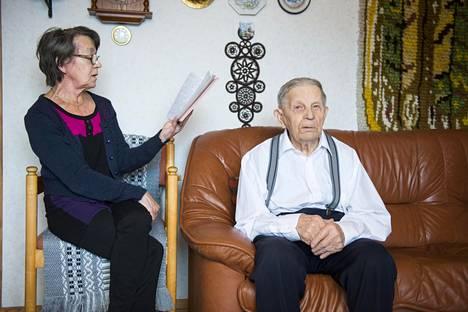 Ilola viettää itsenäisyyspäivää Linnan juhlissa. Ilolan tytär Marjaleena käy päivittäin kylässä kyselemässä isänsä kuulumisia.