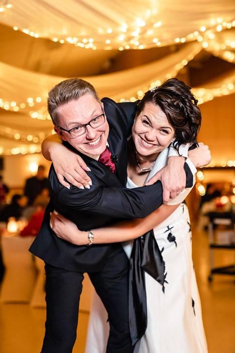 Katri, 34, ja ja Kari, 41, olivat kummatkin tahoillaan naimisissa, kun he tapasivat toisensa. Nyt päästään seuraamaan heidän hääjuhliaan.
