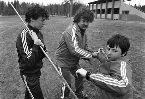 Jorma Kinnunen luotsasi poikansa Kimmo Kinnusen (vas.) ja Jarkko Kinnusen arvokisamenestyjiksi. Kuva Äänekosken kentältä vuodelta 1983.