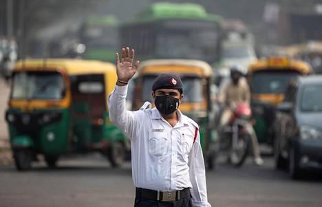 Liikennepoliisi on suojannut kasvonsa liinalla.