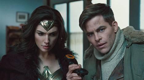 Diana (Gal Gadot) saa oppaakseen ensimmäisen maailmansodan tyrskyihin lentäjä-vakooja Steve Trevorin (Chris Pine).