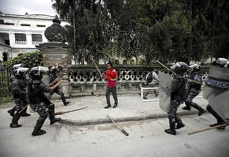 Mellakkapoliisi piirittää opiskelijaa kesken mielenosoituksen Nepalin pääkaupungissa Katmandussa. Ihmiset osoittivat mieltään Nepalin öljy-yhtiötä vastaan, joka on nostamassa petroolituotteiden hintoja maassa.