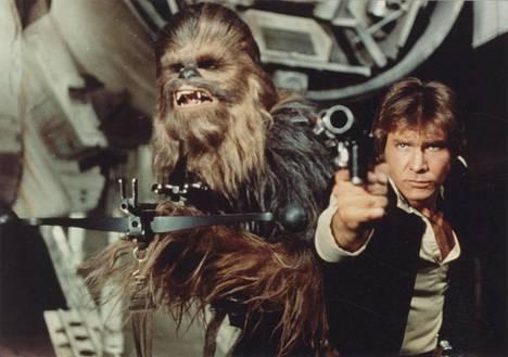 Peter Mayhew Chewbaccana yhdessä näyttelijä Harrison Fordin kanssa vuonna 1977 ensi-iltansa saaneessa Tähtien sota -elokuvassa.