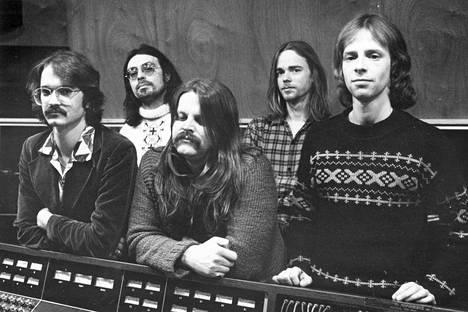 Wigwam vuonna 1977. Mosse Groundstroem (vas.), Jim Pembroke, Hessu Hietanen, Rekku Rechardt ja Ronnie Österberg.