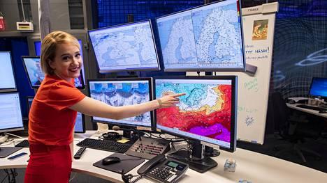 Meteorologi Anniina Valtonen kertoo avoimesti, että äänen väriseminen suorassa lähetyksessä pelottaa häntä.