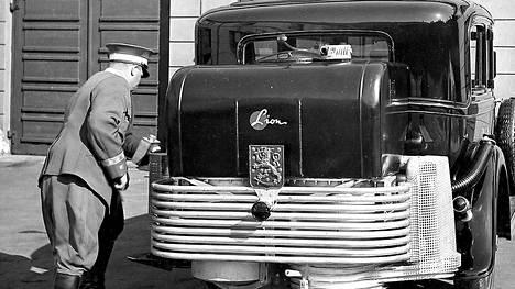 Tasavallan presidentti säästi bensaa: Valtionpäämiehen käytössä ollut Cadillac vm. 1930 sai sotien aikana hiilillä toimivan kaasuttimen.
