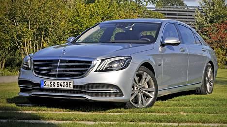 Myös S-sarjan Mercedes-Benzistä tulee markkinoille pistokehybridi. Auto on ensi alkuun takavetoinen.