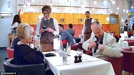 First Dates on suosittu ohjelma Briteissä. Ohjelmassa käydään sokkotreffeillä ja arvioidaan sen jälkeen kameroille, miten treffit sujuivat.