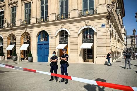 Poliisit vartioivat tiistaina Pariisin Place Vendome -aukiolla ryöstön jälkeen eristettyä Bulgari-jalokuvaliikettä.
