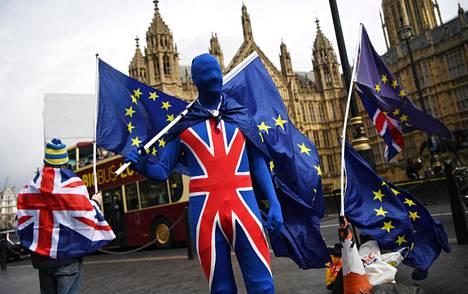 Brexitin vastustaja kampanjoi Lontoossa parlamenttitalon edustalla viime maaliskuussa.