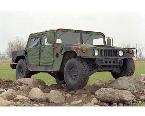 HMMWV-autossa ei ole mitään siviili-Hummerin mukavuuksia.