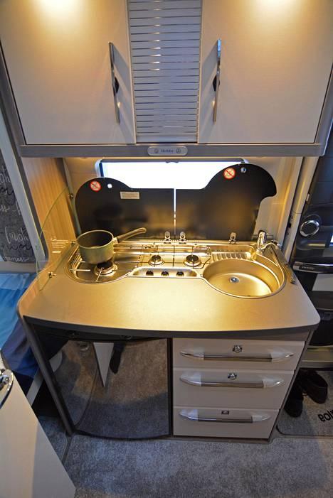 Keittiö on kuin isommasta ja kalliimmasta vaunusta, sillä varustelu on mainio eikä työtilaakaan puutu. Tason alle sijoitettu jääkaappi riittää pariskunnalle.