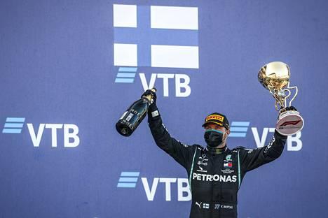 Valtteri Bottas oli suurin hyötyjä Hamiltonin sakosta. Hän voitti kilpailun.