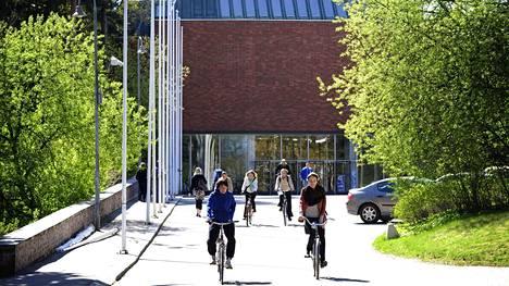 Jyväskylä yliopiston päärakennus kesäaikaan. Yliopisto aloittaa diplomi-insinöörikoulutuksen ensi syksynä.