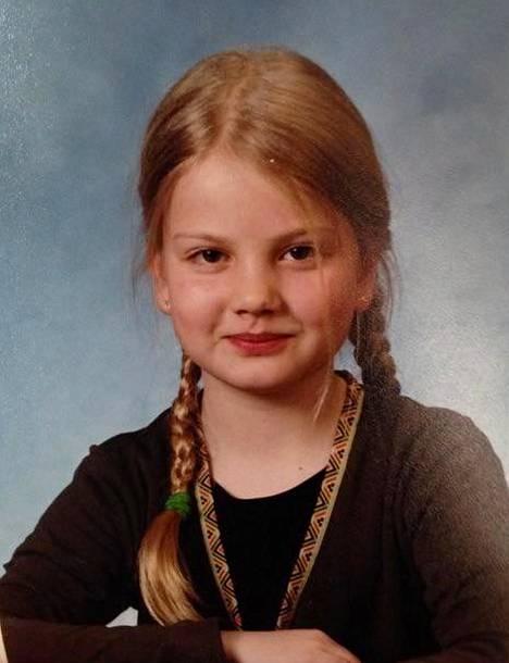 """–Olen kuvassa vähän nyrpeän ja ylimielisen näköinen. Vähän sellaisen, että """"no ota nyt se kuva"""", Janni Hussi nauraa 1. luokan koulukuvaansa."""