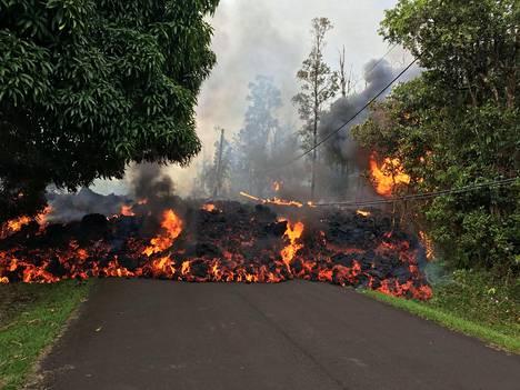Laavavirrat ovat tukkineet teitä Kilauea-tulivuoren ympäristössä.