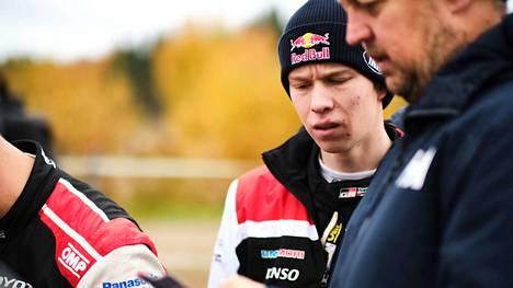 Toyotan nuoren tähden Kalle Rovanperän ilmeet olivat vakavia Jyväskylän MM-rallissa toissa viikonloppuna nähdyn ulosajon jälkeen.