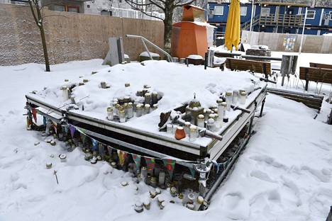 Uhrin muistoksi oli tuotu kynttilöitä Koskelan sairaalan lähistölle 29. tammikuuta.
