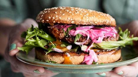 Lammasburgerissa maistuvat intialaisesta keittiöstä tutut maut.