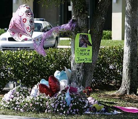 Anna Nicole Smithin ihailijat ovat tuoneet kukkia oikeustalon edustalle.