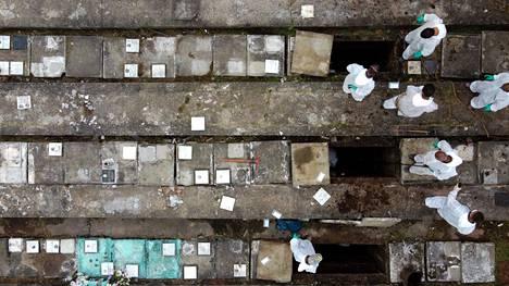 Hautausmaan työntekijät Sao Paulossa poistivat luita vanhoista haudoista tehdäkseen tilaa uusille ruumiille.