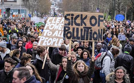 Tuhansia ihmisiä otti osaa ilmastonmuutoksen vastaiseen mielenosoitukseen Brysselissä 2. joulukuuta 2018.